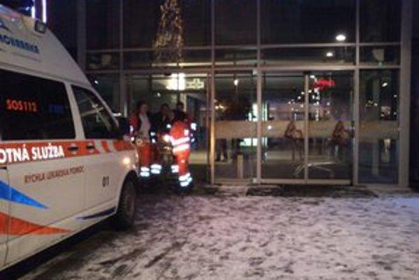 Záchranári Poliaka previezli do nemocnice. Je v umelom spánku.