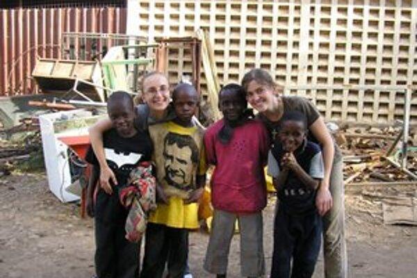 Klára a kamarátkou Aďou a deťmi z Bosco Boys.