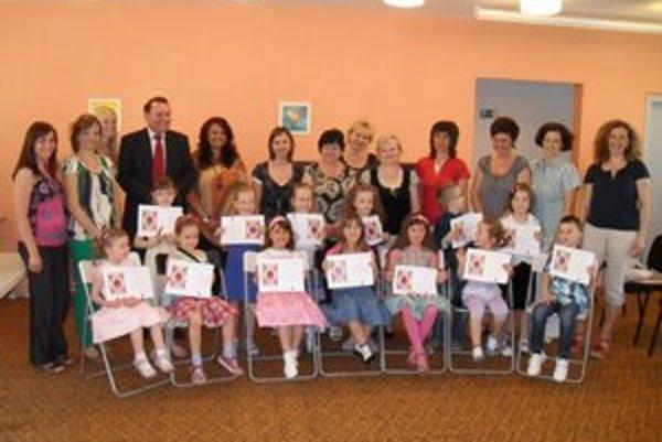 Šťastné deti so svojimi učiteľmi a hlavnými organizátormi festivalu.