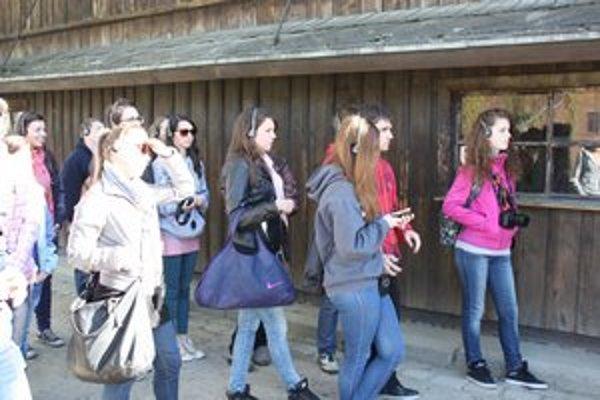 Študenti zaujato počúvali výklad sprievodcu.