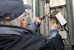 Elektrikári zisťujú poruchu.