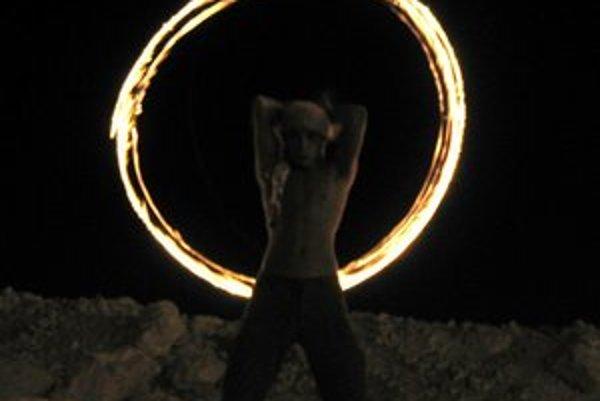 Žonglovanie s ohňom patrí k najatraktívnejším Ondrejovým kúskom.