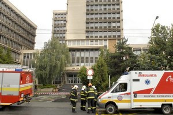 Hasiči súd evakuovali, bomba sa nenašla.