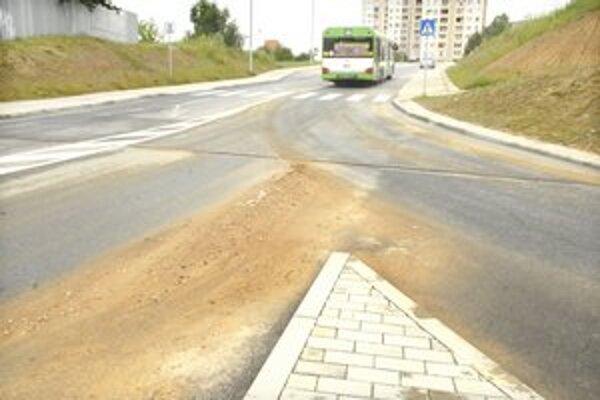 Blatná cesta. Svah sa zlieva na cestu stále, keď zaprší. A takto to po daždi na Moskovskej triede vyzerá.