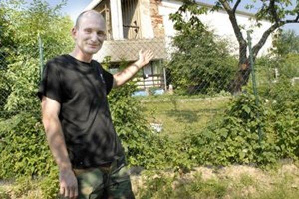 Jaroslav pred budovou so šachtou hlbokou 420 metrov
