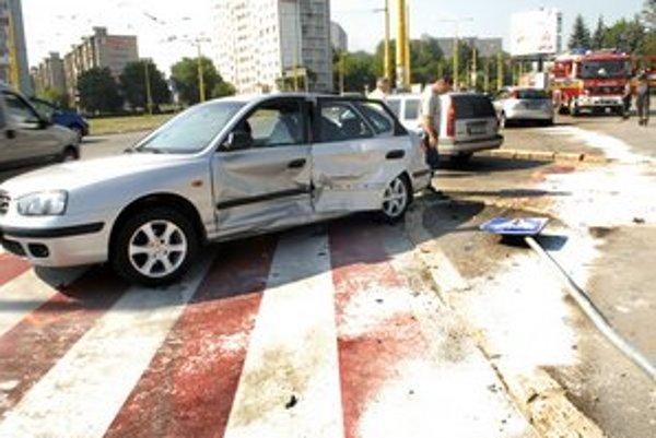 Po zrážke. Zostali zdemolované autá a vyvrátená značka.