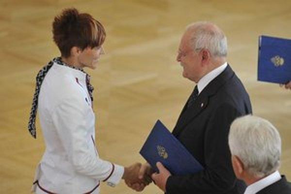 Dana Velďáková. Preberá od prezidenta SR Ivana Gašparoviča olympijský menovací dekrét.
