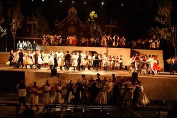 """Veľkolepá """"podívaná"""". Spolu tancovalo 500 folkloristov."""