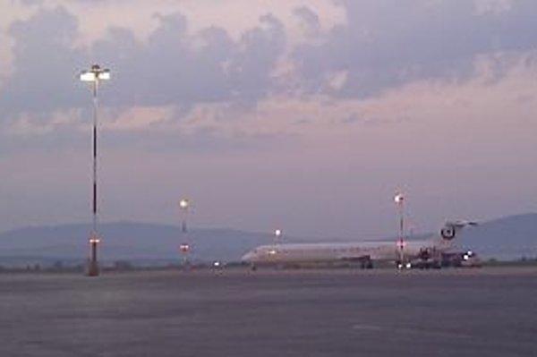 Lietadlo po pristátí na košickom letisku.