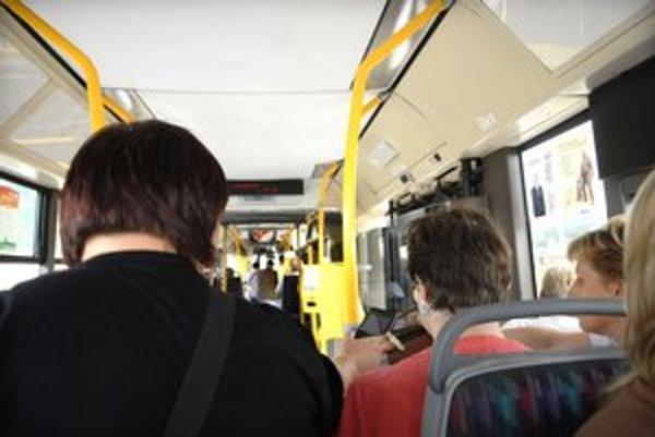 Košická MHD. Od začiatku roka v nej prichytili 9 300 čiernych pasažierov, vlani ich bolo 17 500.