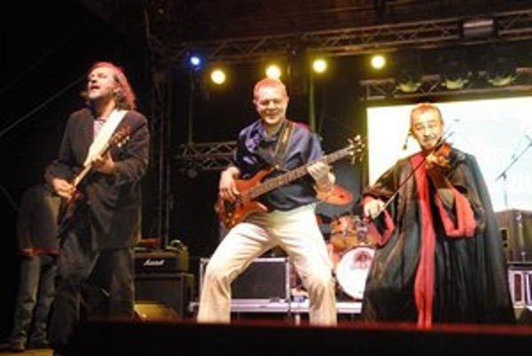 S kapelou. Emira teraz viac baví muzika, čo bolo v Košiciach zrejmé.