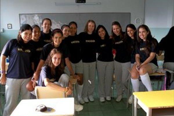 """Kornélia (piata sprava) so spolužiačkami v """"teplákovej"""" uniforme"""