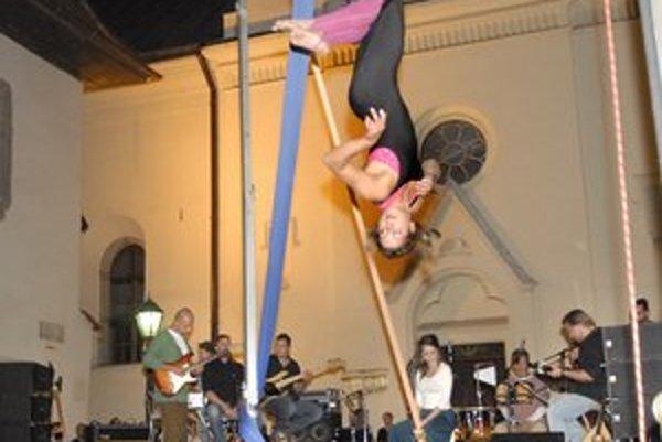Katka Raševová a kapela Observatórium. Piesne boli ozvláštnené vzdušným tancom.