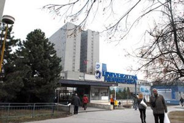 Univerzitná nemocnica. Jej klinika nemá prístroje pre všetkých pacientov. Lekárka je preto nevinná.