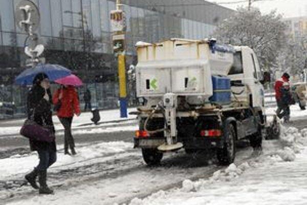 Prvý sneh. Cestárov by napriek každoročnej skúsenosti nemal prekvapiť.