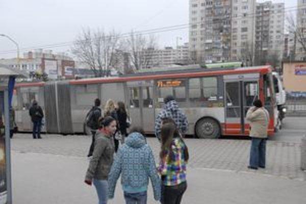 Trolejbusy. Niektoré jazdia po meste už viac ako 12 rokov.