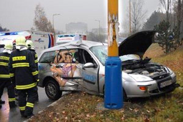 Po nehode. Vodiča museli z auta vytiahnuť.