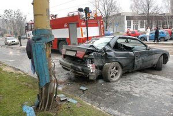 Nehoda pri OC Merkúr. BMW zabíjalo na chodníku. Súdy po rokoch rozhodli, kto je jej vinníkom.