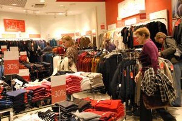 Zľavy lákajú. Podľa odborníka sú marketingovým ťahom, ako prilákať ľudí do obchodov.