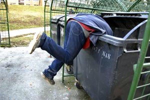 Vyberanie odpadkov. V Košiciach to môže byť nebezpečná činnosť.