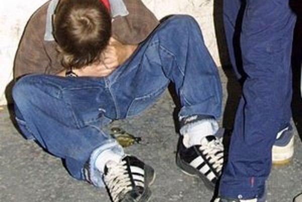 Popíjanie alkoholu u mladých môže mať vážne následky.