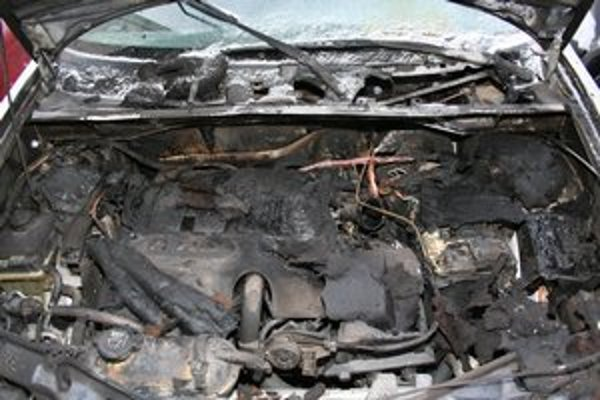 Zhorel motor. Auto bude zrejme súce už len do šrotu.