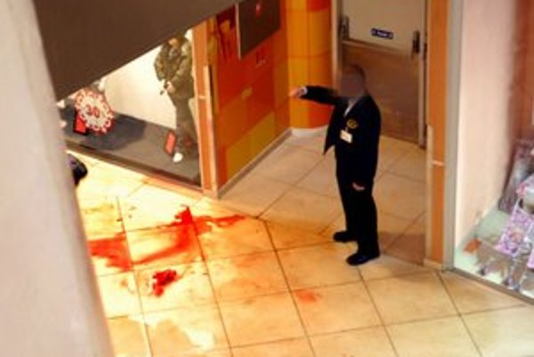 Dlažba. Pri pohľade na veľkú kaluž krvi behal mráz po chrbte.