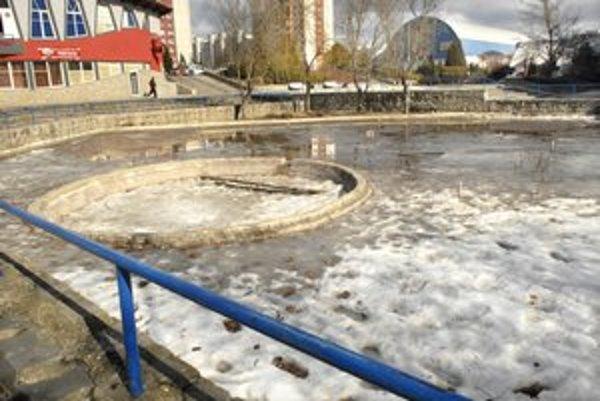 Bez zmeny. Ľady sa na fontáne neroztopia. Príprava rekonštrukcie je zablokovaná.