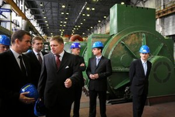 Fotografia z novembra 2009. Ladislav Lazár ešte ako generálny riaditeľ TEKO sprevádza po teplárni vtedajšieho premiéra SR Roberta Fica.