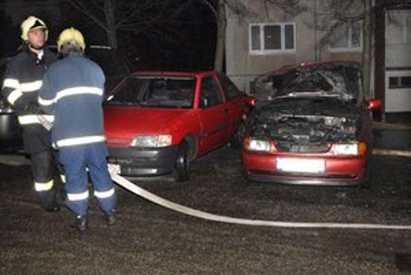 Tesne po uhasení. Obhorela motorová časť auta.