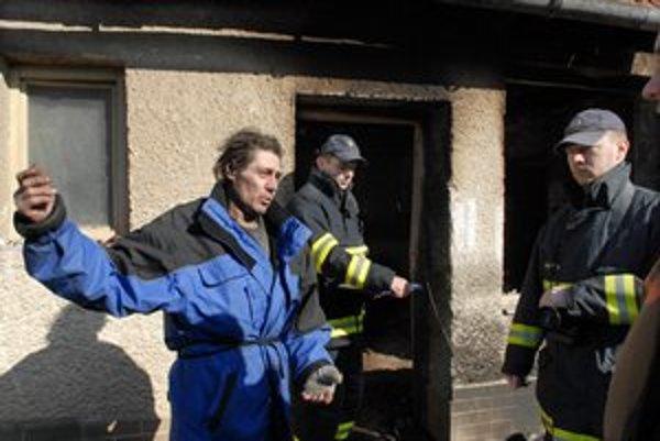 Majiteľ hasičom vysvetľuje, čo sa udialo.
