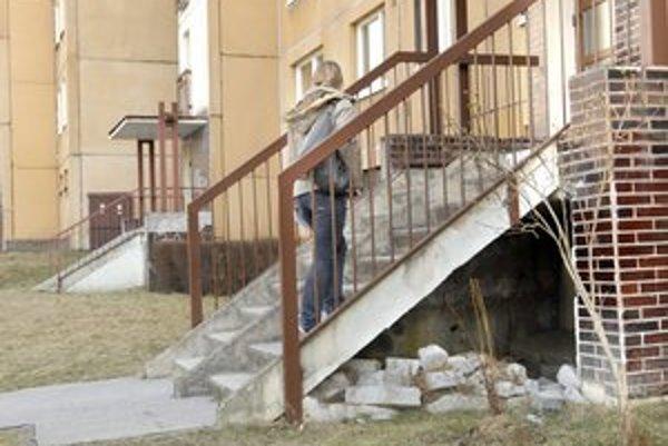 Bordel pod schodmi. Je rajom pre bezdomovcov.