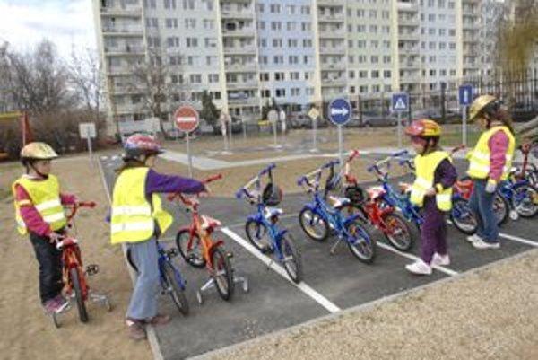 Dopravné ihrisko. Deti dostali aj nové bicykle a prilby.