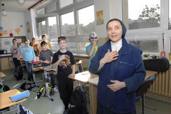 Sestra Zuzana učí svojich žiakov k slušnosti a viere k Bohu.