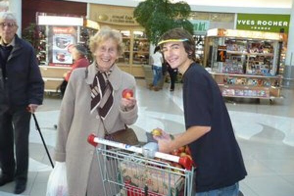 Eva Siracká počas Dňa jabĺk, keď sa cigarety menia za jablká.