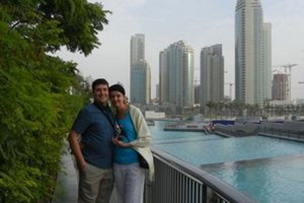 Maroš, Mirka a za nimi mrakodrapy Dubaja