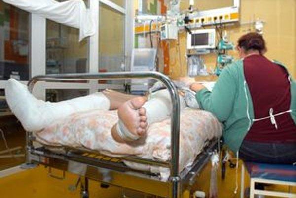 Nohy z postele. Chlapec po autonehode leží na posteli, ktorá mu je prikrátka. Peniaze na kvalitnejšie lôžka chýbajú. Pomôcť má zbierka.