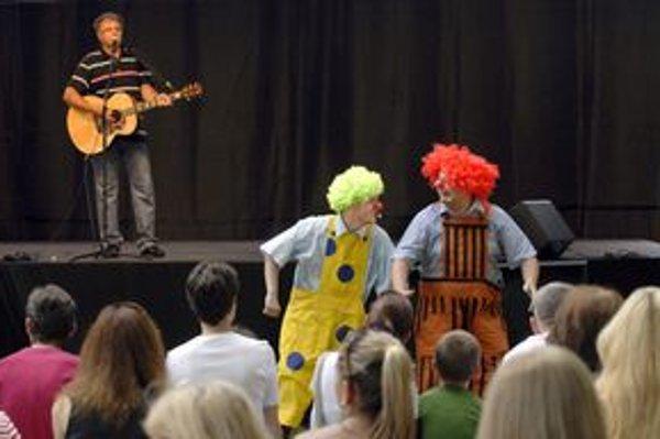 Pavol Hammel svojimi pesničkami potešil decká aj ich rodičov.
