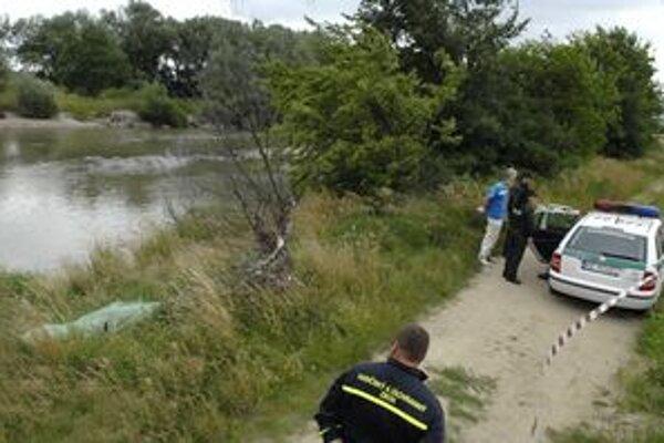 Miesto nálezu. Predpokladá sa, že muž skočil z neďalekého železničného mosta.