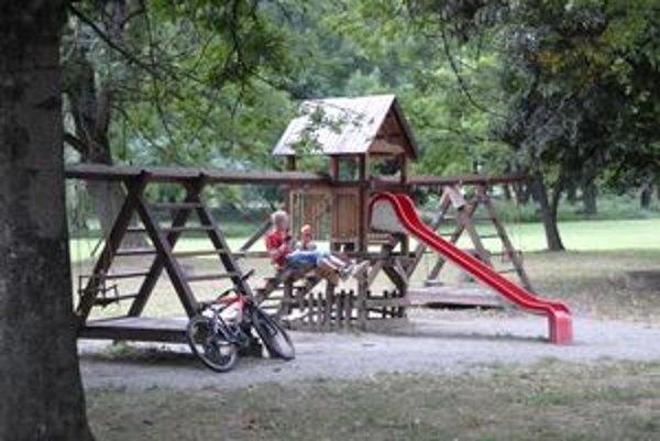 Mini detské ihrisko v barčianskom parku už potrebuje rekonštrukciu. V najbližších dňoch ho zreparujú.