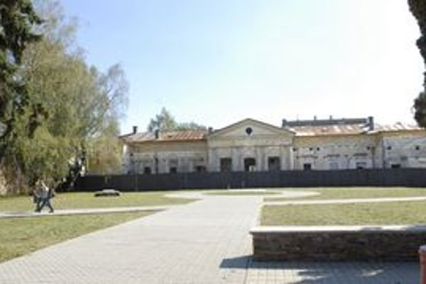 Kaštieľ v Krásnej. Donedávna sa predpokladalo, že kaštieľ je z roku 1780, najnovšie výskumy zistili staršie stavebné etapy.