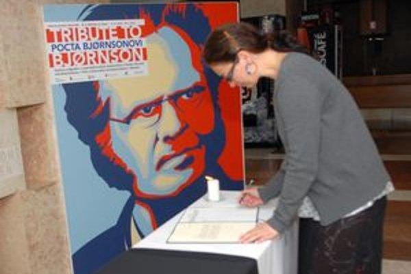 Kondolenčné miesto. Košičania sa môžu do kondolenčnej knihy podpísať aj dnes. Je vo vestibule magistrátu pri výstave nórskeho spisovateľa.