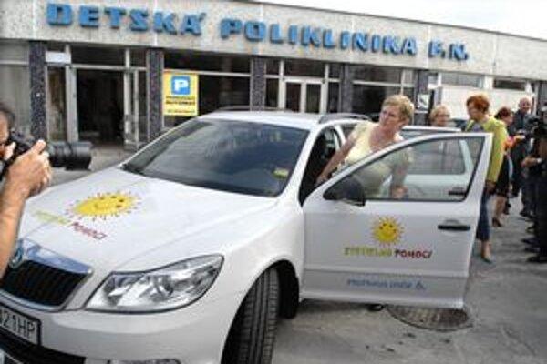 Darované auto, Nastupuje do neho Mirka Hunčíková zo Svetielka pomoci.