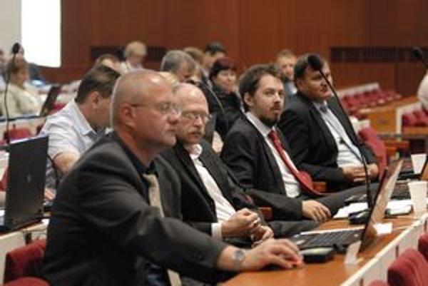 Niektorí poslanci sú drahší. Demského (prvý zľava) zamestnávateľ si refundáciu uplatňuje. Briškárov (úplne vpravo) nie.