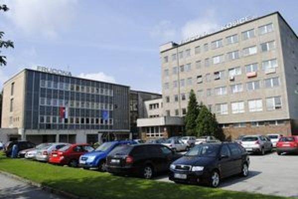 Frucona Košice. Pred vchodom veje vlajka EÚ.  Brusel roky žiada, aby likérka zaplatila odpustené dane.