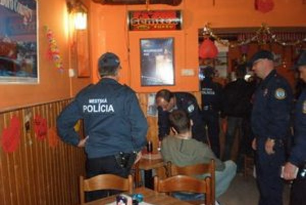 Polícia vykonáva aj kontroly na alkohol u mladistvých .