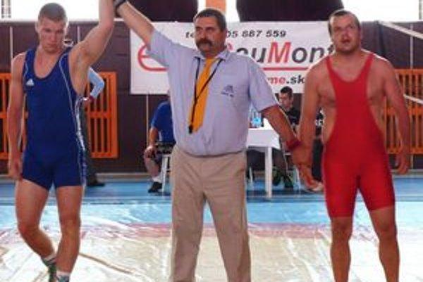 Častý obrázok, rozhodca dvíha ruku Michaelovi Bodnárovi, víťazovi zápasu.