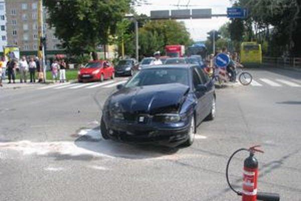 Seat po nehode. Policajné auto dopadlo horšie, skončilo na streche.