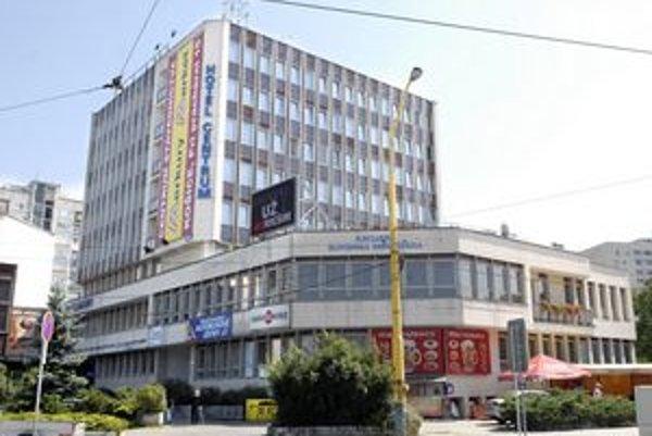 Antigrafitový náter má aj budova hotela Centrum.