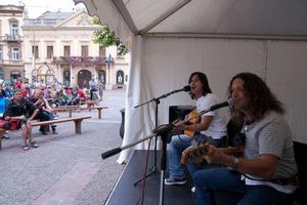 Akustické duo HuFu odštartovalo 4–dňový Festival divadiel strednej Európy.